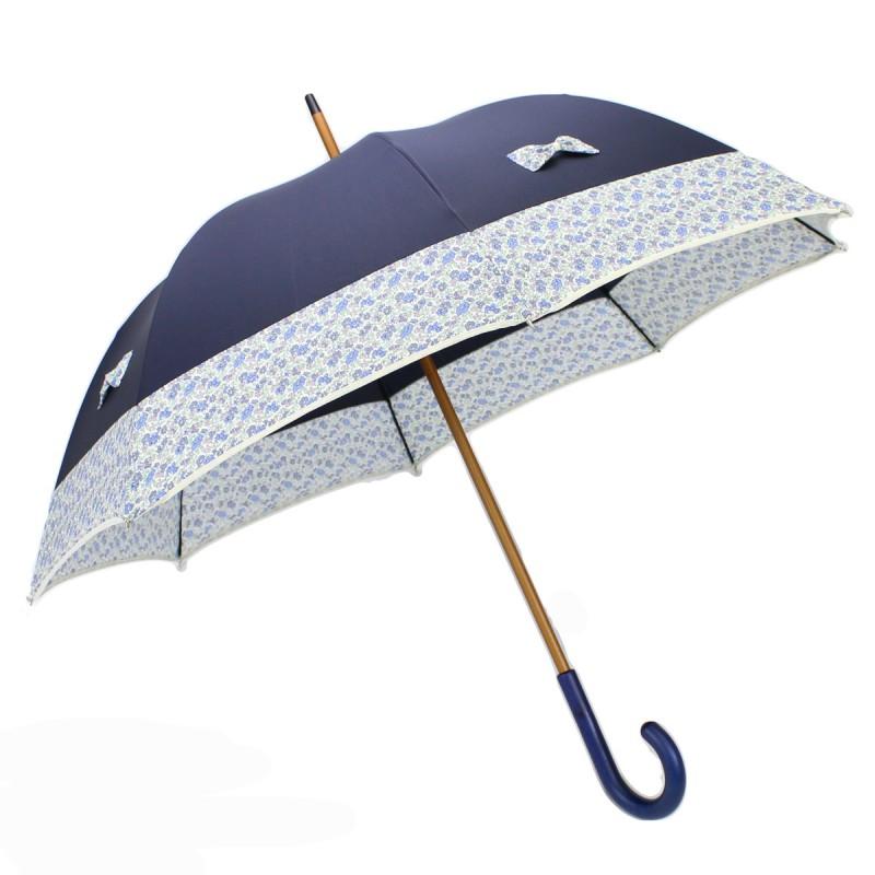 Blauer langer Regenschirm mit kleinen Schleifen Freiheitseffekt