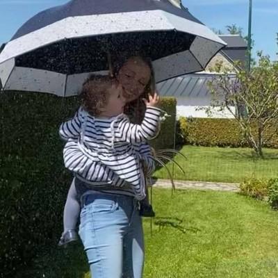 🌸Fêtes des mères🌸  Toute l'équipe H2o Parapluies souhaite une bonne fête à toutes les mamans🥰   Alors, quel est le modèle que vous avez reçu ou offert?☂️