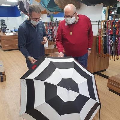 ☂️La boutique☂️ L'équipe H2o Parapluies est fière d'avoir travaillé avec Didier Benesteau, organisateur d'expositions d'œuvres d'arts.🎨 Son choix : Le parapluie Golf 40 pièces avec la broderie au logo de Felipe Ferré✨☂  #parapluies #madeinfrance #didierbenesteau #art #expositionart