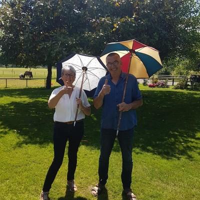 ☂️La boutique☂️  Ce week-end, nous avons reçu une photo de Michèle et Yves, heureux d'avoir reçu en cadeau une Canapluie 🎁  Retrouvez les sur notre site internet pour, vous aussi, faire un cadeau original. 👉 https://h2oparapluies.com/fr/recherche?controller=search&s=Canapluie