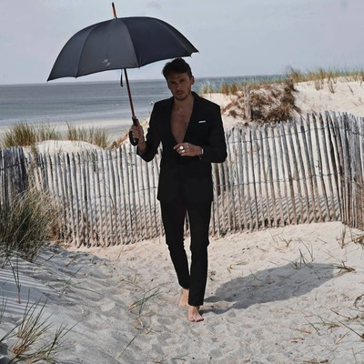 🇫🇷Osez le chic à la française 🇫🇷  Personnalisez votre parapluie comme @romainlecardonnel qui à choisi un parapluie long classique noir avec une poignée en cuir.☂️  Nous le remercions pour cette belle collaboration.  Retrouvez nos poignées sur notre site internet.  #parapluies #madeinfrance🇫🇷 #plage  #personalisé #poignée #cuir