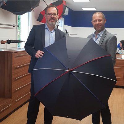 ☂️La boutique☂️  La semaine dernière nous avons eu le plaisir d'accueillir dans notre boutique @bertrand_bouyx , Député du Calvados. Nous le remercions pour la qualité de cet échange.🇫🇷☂️ #parapluie #député #boutique #madeinfrance
