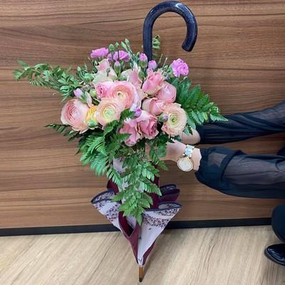 🌸Fête des mères🌸 Vous hésitez entre des fleurs ou un parapluie? Choisissez les deux, ils s'accordent à la perfection ✨ ⏱ Attention, le 31 mai arrive vite ...  Lysland Fleuriste