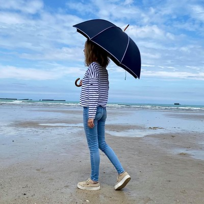 ☂️ La boutique☂️  L'été tardant à arriver nous donne l'occasion de vous présenter notre parapluie élégant.  Vous pouvez retrouver toute la collection sur notre site internet.  #parapluie #madeinfrance #luxe #été #plage