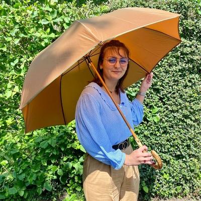 ☂️L'équipe s'agrandit☂️  La formation et la transmission sont des valeurs importantes pour H2o Parapluies. C'est pourquoi, aujourd'hui, nous vous présentons Elsa, qui effectuera sa licence en alternance chez nous.  Souriante et dynamique, vous la retrouverez en boutique et sur nos réseaux sociaux. #parapluie #transmission #formation